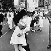 Фотограф Альфред Эйзенштадт - Безоговорочная капитуляция - День победы над Японией на Таймс-сквер, 1945