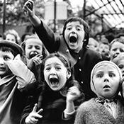Фотограф Альфред Эйзенштадт - Дети смотрят на представление о святом Георгии и змее, 1963