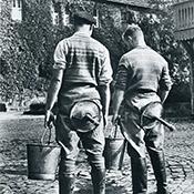 Фотограф Альфред Эйзенштадт - Студенты сельскохозяйственного института со стулом для доения, 1934
