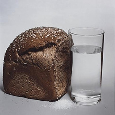 Фотограф Ирвинг Пенн (Irving Penn) — Хлеб, соль и вода (Bread, Salt and Water) — Натюрморт (Still life)